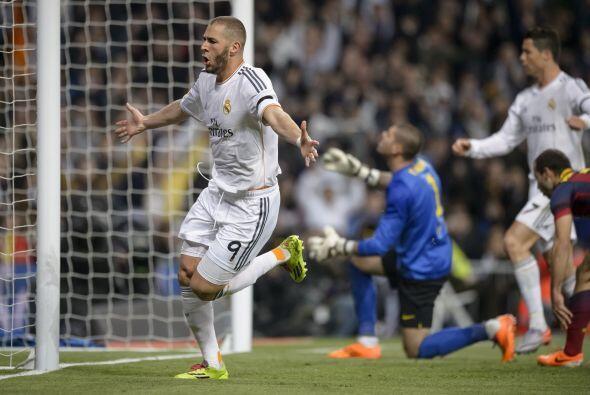 El portero Víctor Valdés hizo su mayor esfuerzo por alcanzar la pelota,...