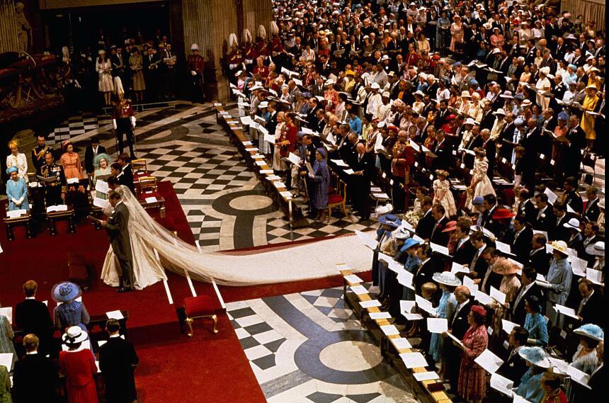 Diana entraba a la catedral de San Pablo en Londres con un impresionante...