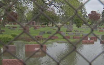 Tumbas del Cementerio Irving Park quedaron bajo el agua tras las fuertes...