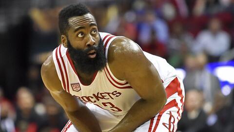 James Harden, base de los Rockets de Houston, observa el balón al...