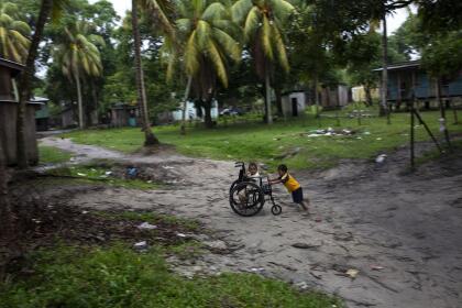Entre la vegetación tropical de la costa Caribe, la región está salpicada de pequeñas aldeas pesqueras donde indígenas viven en casas de tablas de madera y techos de lámina. En una muestra de la pobreza y también del ingenio infantil, los niños juegan con camiones hechos de botellas de plástico y también con las sillas de ruedas de los buzos enfermos.