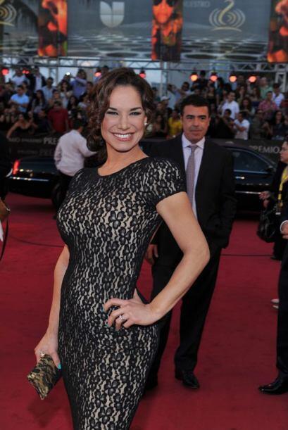 Liz Vega lució su voluptuosa figura en un vestido de encaje negro