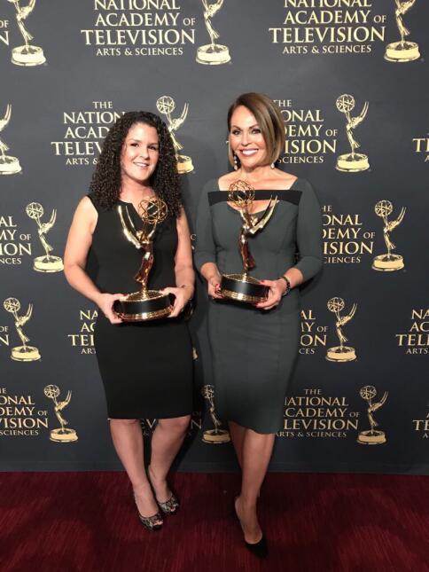 María Elena Salinas con Jeannette Casal Miranda, jefa de asignaciones de...
