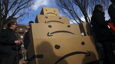 Manifestantes protestan frente a las futuras instalaciones de Amazon en Nueva York