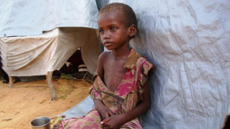 Un pequeño en Somalia espera pacientemente la ayuda internacional.