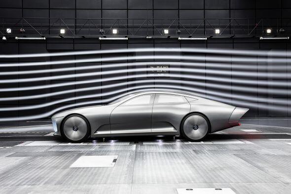 El lujoso interior sigue la línea de diseño del Clase S y ofrece diversa...