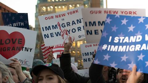 Decenas llegaron este miércoles en la tarde al Washington Square Park en...
