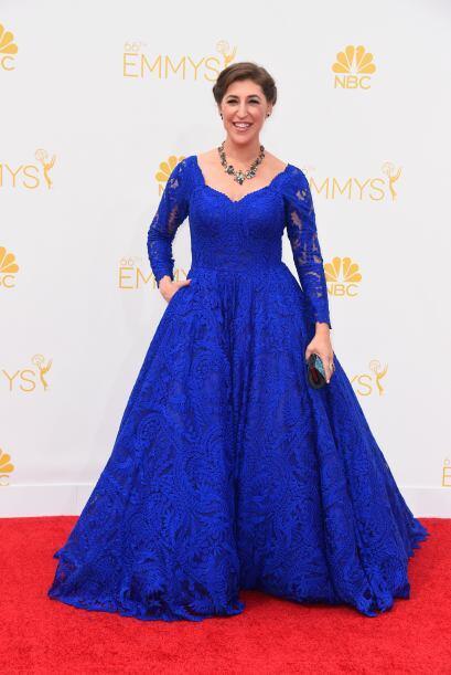 Mayim Bialik siempre es una de las peores vestidas de la noche. No sabe...