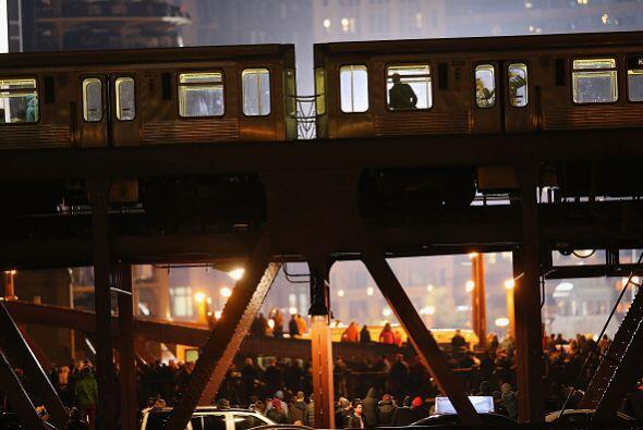 Los residentes de Chicago se reunieron por miles cerca del tren para bus...