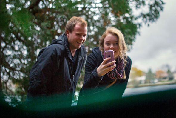 El fotógrafo no pudo contenerse la risa cuando la novia miró hacia la cá...