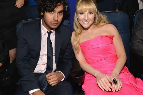 """Kunal Nayyar y Melissa Rauch de """"The Big Bang Theory"""" en el público."""