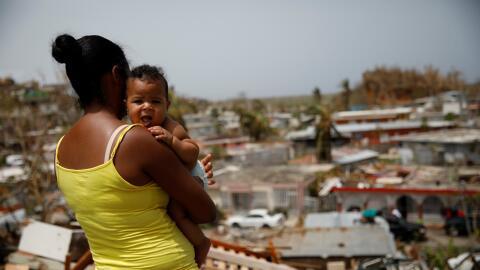 Ysamar Figueroa y su hijo Saniel mira su vecindario en Canovanas, Puerto...