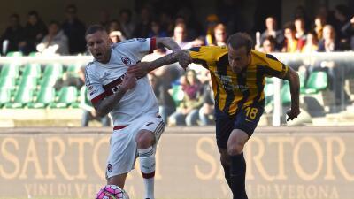 Milan cayó 2-1 en el campo del Verona, que no pudo evitar su descenso a Serie B