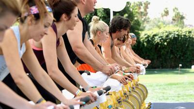 Personas ejercitan en el estudio de SoulCycle en Palm Springs, California.