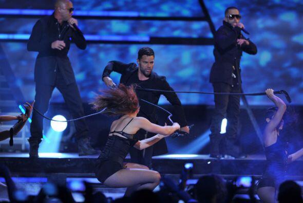 Y es que así como canta, baila y enamora a sus seguidores, el show está...