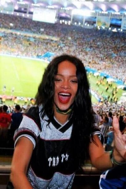 Rihanna celebró la victoria de Alemania. Mira aquí los videos más chismo...
