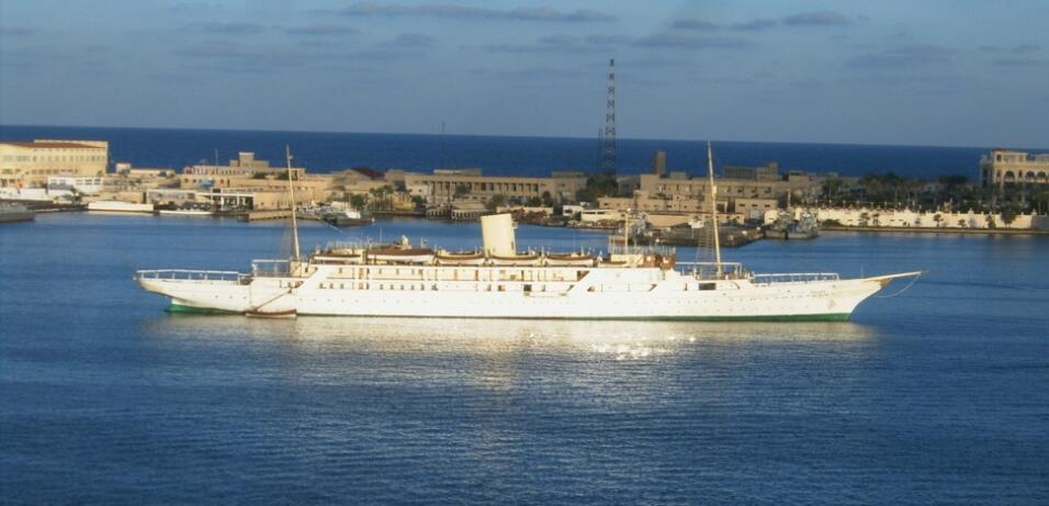 El Mahrousa está comandado por una tripulación de nada menos que 160 per...