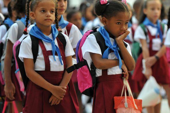 Con lemas de la Revolución y el 'Che' Guevara los pequeños asisten a sus...