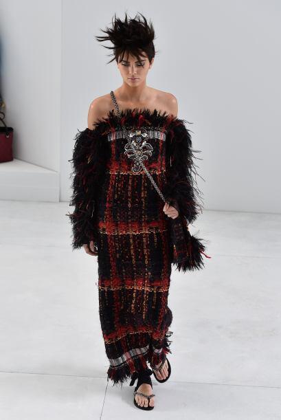 La modelo portó un vestido rojo y negro que tenía plumas. Kris Jenner le...