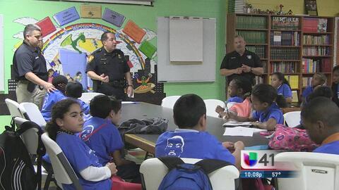 Policía enseña a los niños a protegerse