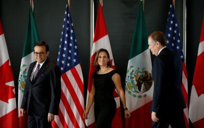Los ministros Ildefonso Guajardo (México), Chrystia Freeland (Can...