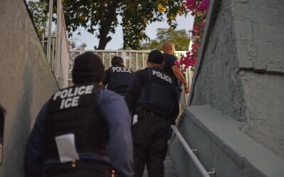 Agentes de ICE llegan a una casa en Los Ángeles durante un operat...