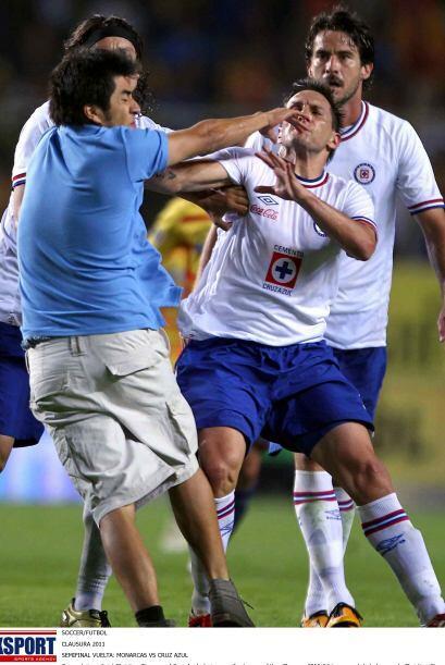 Sin embargo un aficionado saltó a la cancha y Christian Giménez perdió l...