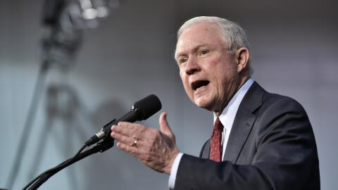 Jeff Sessions, actual fiscal general, fue el primer republicano que dio...