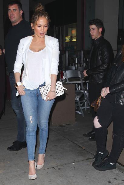 Con estos jeans y una blusa blanca que combinó con este saco del mismo c...
