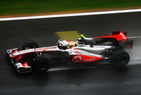 El inglés Lewis Hamilton marchaba cuarto con su McLaren-Mercedes.