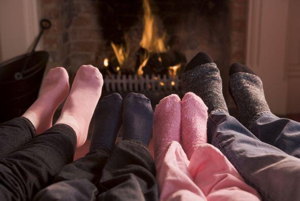 Hagan una fogata en la chimenea, en un campamento o en la playa y compar...