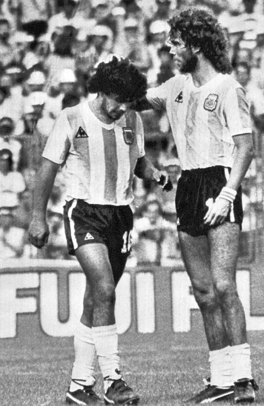 Los 56 años de Diego Maradona, entre la gloria y la controversia 1982.jpg