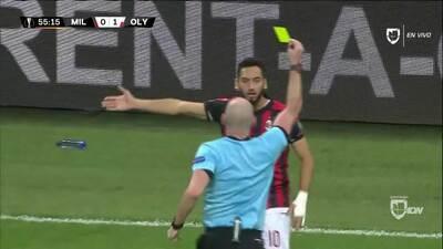 Tarjeta amarilla. El árbitro amonesta a Hakan Calhanoglu de Milan