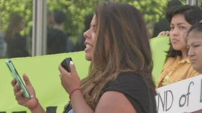 Activistas exigen al gobierno que permita que padres e hijos se puedan reunir tras haber sido separados en la frontera