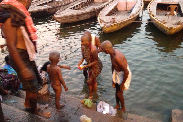 Cientos de hindúes se reúnen para tomar un baño en el rio Ganges.