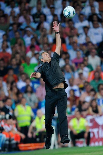 Y para matar el tiempo, Mourinho se puso a atrapar balones. Parece que e...