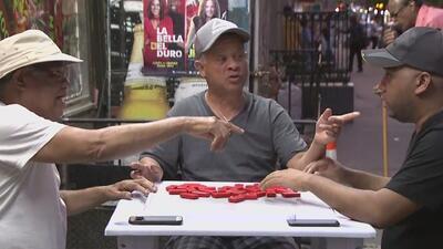 Los neoyorquinos reciben la llegada del verano con paseos en la playa y partidas de dominó