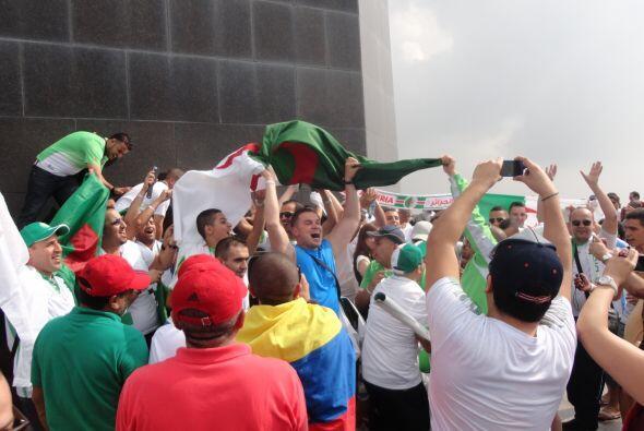 Miles de fanáticos de muchos países celebraban a sus equipos en la monta...
