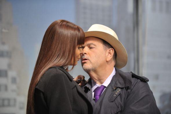 Vestido como un espía, Raúl fue por más...