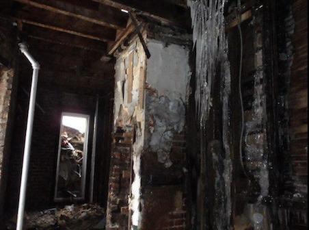 Para que la familia se fuera, se reconstruyó el edificio sin toma...