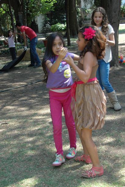 Algunas veces, las pequeñas bailarinas le enseñan a sus otras compañerit...