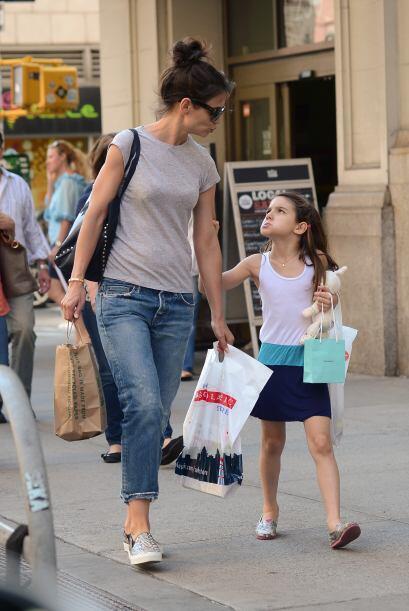 Aunque Suri es amante de la moda, cuando asiste a su colegio en Nueva Yo...