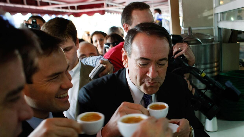 Mike Huckabee en el café Versailles durante su campaña presidencial en 2008