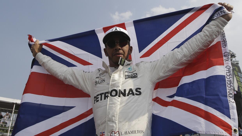 Lewis Hamilton alza la bandera británica tras ganar su cuarto título mun...