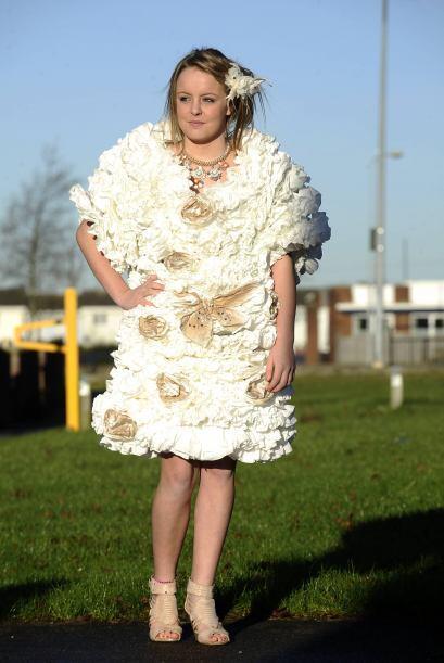 Angela French utilizó más de diez rollos para terminar su original vestido.