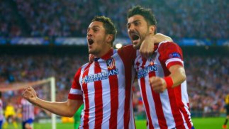 Koke y David Villa celebran el gol que le dio el triunfo y el pase a sem...