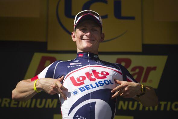 El alemán Andre Greipel (Lotto Belisol) esquivó una caída masiva en los...