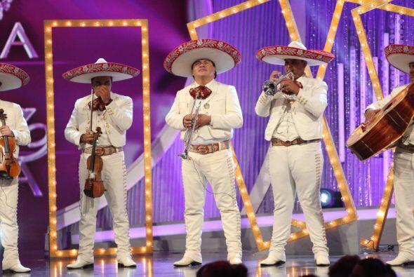 Los mariachis comenzaron a tocar y Alina se mostraba bastante tranquila...