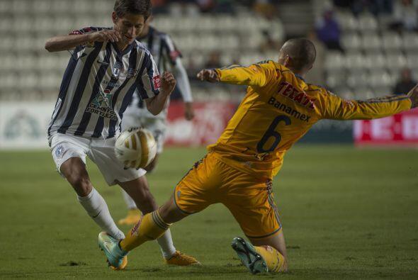 En el duelo 'mano a mano', Jorge Torres Nilo traba con la pierna izquerd...