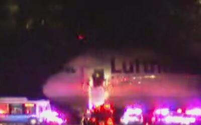 Aterriza de emergencia un avión en el aeropuerto JFK por una amenaza de...